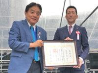 河村市長から表彰状を受け取る服部社長